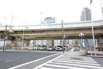 「なにわ橋」(通称「ライオン橋」)